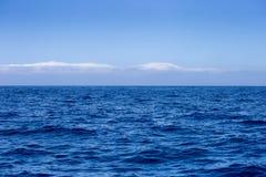 Όμορφο μπλε υπόβαθρο ωκεανών και ουρανού Στοκ Φωτογραφία