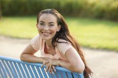 όμορφο μπλε brunette πάγκων Στοκ εικόνα με δικαίωμα ελεύθερης χρήσης