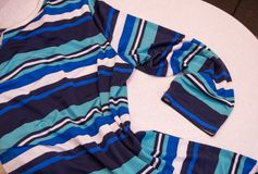 Όμορφο μπλε women& μόδας x27 ναυτικό ύφος τάσης μόδας λωρίδων μπλουζών του s Στοκ φωτογραφίες με δικαίωμα ελεύθερης χρήσης