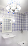 Όμορφο μπλε και άσπρο λουτρό με το ντους Στοκ Φωτογραφίες