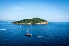 Όμορφο μπλε νερό, παραλία στην Κροατία Στοκ εικόνα με δικαίωμα ελεύθερης χρήσης