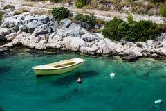 Όμορφο μπλε νερό, παραλία στην Κροατία Στοκ εικόνες με δικαίωμα ελεύθερης χρήσης