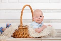 Όμορφο μπλε-eyed παιδί σε ένα καλάθι στοκ εικόνες με δικαίωμα ελεύθερης χρήσης