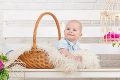 Όμορφο μπλε-eyed παιδί σε ένα καλάθι στοκ εικόνες