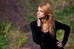 Όμορφο μυστήριο κορίτσι στο δάσος φθινοπώρου Στοκ φωτογραφίες με δικαίωμα ελεύθερης χρήσης