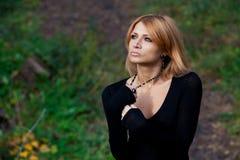 Όμορφο μυστήριο κορίτσι στο δάσος φθινοπώρου Στοκ Φωτογραφίες