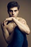 Όμορφο μυϊκό αρσενικό πρότυπο στο τζιν παντελόνι (τζιν) Στοκ φωτογραφία με δικαίωμα ελεύθερης χρήσης