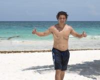 Όμορφο μυϊκό νέο άτομο Amerasian στην παραλία Στοκ εικόνες με δικαίωμα ελεύθερης χρήσης