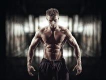 Όμορφο μυϊκό bodybuilder στο βεστιάριο Στοκ Εικόνες