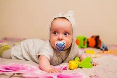 Όμορφο μωρό με μια θηλή στοκ εικόνες