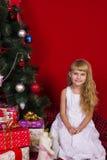 Όμορφο μωρό gir κοντά στο χριστουγεννιάτικο δέντρο στη νέα παραμονή ετών Στοκ Εικόνα