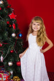 Όμορφο μωρό gir κοντά στο χριστουγεννιάτικο δέντρο στη Παραμονή Πρωτοχρονιάς Στοκ Εικόνες