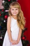 Όμορφο μωρό gir κοντά στο χριστουγεννιάτικο δέντρο στη Παραμονή Πρωτοχρονιάς Στοκ φωτογραφία με δικαίωμα ελεύθερης χρήσης