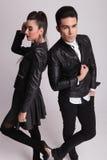 Όμορφο νέο άτομο μόδας που ανοίγει φερμουάρ το σακάκι του Στοκ εικόνα με δικαίωμα ελεύθερης χρήσης