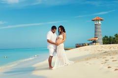 Όμορφο νέο έγκυο ζεύγος στην καραϊβική ακτή Στοκ φωτογραφία με δικαίωμα ελεύθερης χρήσης
