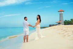 Όμορφο νέο έγκυο ζεύγος στην καραϊβική ακτή Στοκ Εικόνες