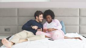 Όμορφο νέο αγαπώντας ζεύγος που βρίσκεται στο κρεβάτι απόθεμα βίντεο