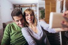 Όμορφο νέο αγαπώντας ζεύγος που συνδέει ο ένας στον άλλο και που κάνει selfie στοκ εικόνες με δικαίωμα ελεύθερης χρήσης