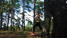 Όμορφο νέο αθλητικό ξανθό τρέξιμο φιλμ μικρού μήκους