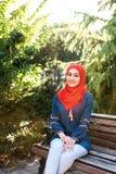 Όμορφο νέο αραβικό κορίτσι στην τοποθέτηση hijab για μια κάμερα στη θερινή οδό στοκ εικόνες