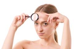 Όμορφο νέο δέρμα προσώπου ομορφιάς γυναικών πιό magnifier Στοκ φωτογραφία με δικαίωμα ελεύθερης χρήσης