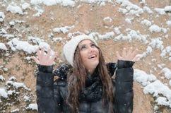 Όμορφο νέο εξωτερικό γυναικών το χιόνι του Στοκ Εικόνες