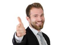 Όμορφο νέο επιχειρησιακό άτομο που δείχνει σε σας και που χαμογελά Στοκ Φωτογραφίες