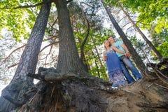 Όμορφο νέο ευτυχές ζεύγος στο δάσος Στοκ Φωτογραφία