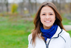 Όμορφο νέο ευτυχές χαμόγελο κοριτσιών brunette εφήβων υπαίθρια Στοκ Φωτογραφίες
