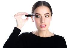 Όμορφο νέο εφαρμοσμένο γυναίκα mascara Στοκ Φωτογραφίες
