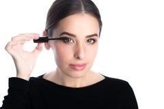 Όμορφο νέο εφαρμοσμένο γυναίκα mascara Στοκ Φωτογραφία