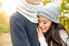 Όμορφο νέο ζεύγος ερωτευμένο, αγκάλιασμα Ηλιόλουστη φύση φθινοπώρου Στοκ φωτογραφία με δικαίωμα ελεύθερης χρήσης