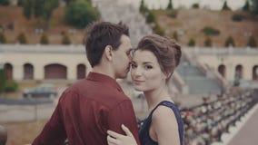 Όμορφο νέο ζεύγος που απολαμβάνει την οικεία στιγμή Ελκυστικό φιλί ζευγών Adorably απόθεμα βίντεο