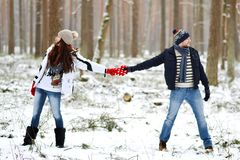 Όμορφο νέο ζεύγος που περπατά στο χιονώδες χειμερινό δάσος Στοκ φωτογραφίες με δικαίωμα ελεύθερης χρήσης