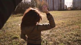Όμορφο νέο ζεύγος που χορεύει στην οδό στο πάρκο Χαμόγελο το ένα στο άλλο απόθεμα βίντεο