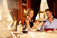 Όμορφο νέο ζεύγος στο εστιατόριο Στοκ φωτογραφίες με δικαίωμα ελεύθερης χρήσης