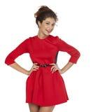 Όμορφο νέο θηλυκό στην κόκκινη μόνιμη τοποθέτηση φορεμάτων Στοκ εικόνα με δικαίωμα ελεύθερης χρήσης