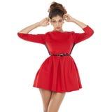 Όμορφο νέο θηλυκό στην κόκκινη μόνιμη τοποθέτηση φορεμάτων Στοκ φωτογραφίες με δικαίωμα ελεύθερης χρήσης