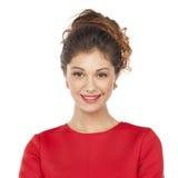Όμορφο νέο θηλυκό στην κόκκινη μόνιμη τοποθέτηση φορεμάτων Στοκ Φωτογραφίες