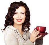 Όμορφο νέο καφές ή τσάι κατανάλωσης γυναικών στοκ φωτογραφία με δικαίωμα ελεύθερης χρήσης