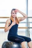 Όμορφο νέο κορίτσι γυναικών μετά από φυσικό Στοκ φωτογραφία με δικαίωμα ελεύθερης χρήσης