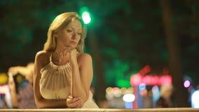 Όμορφο νέο κορίτσι κάτω από τα φω'τα της πόλης νύχτας, bokeh, ελαφριοί λαμπτήρες απόθεμα βίντεο