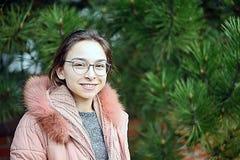 Όμορφο νέο κορίτσι με ένα χαμόγελο στο πρόσωπό της στοκ φωτογραφίες