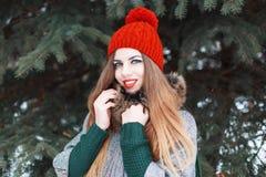 Όμορφο νέο κορίτσι με ένα χαριτωμένο χαμόγελο το χειμώνα μοντέρνο clo Στοκ Φωτογραφίες