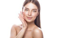 Όμορφο νέο κορίτσι με μια ελαφριά φυσική σύνθεση και ένα τέλειο δέρμα Πρόσωπο ομορφιάς Στοκ εικόνες με δικαίωμα ελεύθερης χρήσης