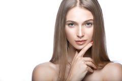 Όμορφο νέο κορίτσι με μια ελαφριά φυσική σύνθεση Πρόσωπο ομορφιάς Στοκ Εικόνα