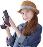 Όμορφο νέο κορίτσι με μια συνεδρίαση καπέλων στοκ εικόνες