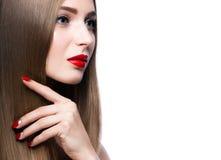 Όμορφο νέο κορίτσι με μια φωτεινή σύνθεση και κόκκινα καρφιά Στοκ φωτογραφίες με δικαίωμα ελεύθερης χρήσης