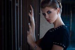 Όμορφο νέο κορίτσι με μια όμορφη κινηματογράφηση σε πρώτο πλάνο σύνθεσης σε ένα shor Στοκ φωτογραφίες με δικαίωμα ελεύθερης χρήσης