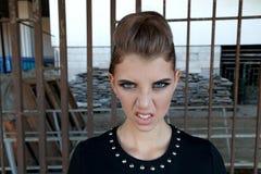 Όμορφο νέο κορίτσι με μια όμορφη σύνθεση, στον κοντό Μαύρο Στοκ Φωτογραφίες